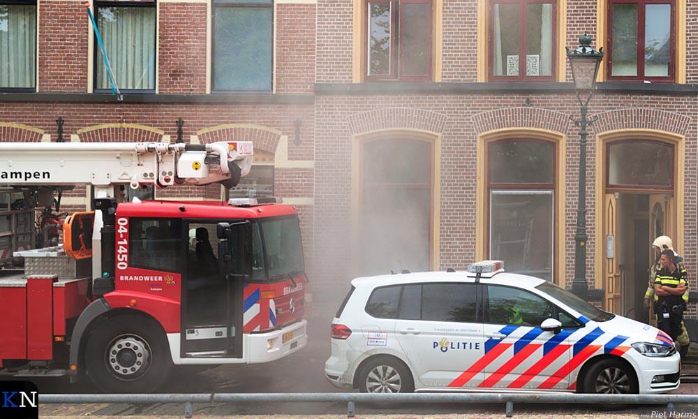 De niet-uitslaande brand verraadde zich door rookontwikkeling.