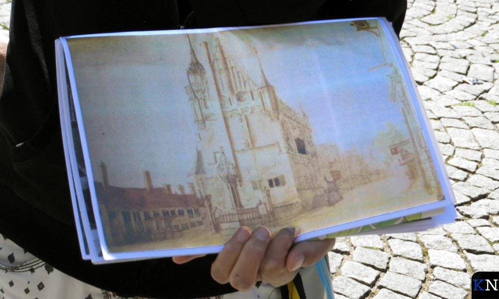 Kaarten en tekeningen illustreren aspecten van de stadswandeling.