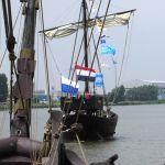 Bij de vlootschouw donderdagmiddag vaart de Kamper Kogge voorop gevolgd door de Wissemara.