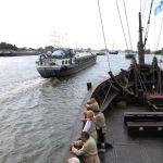 De beroepsvaart vindt doorgang tussen de vaartuigen door.