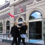 Op vrijdag roepen danseressen de mensen naar binnen voor het Hanzecongres.
