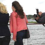 Een fotograaf voor bpd legt twee deelneemsters vast, waaronder Simone Adema.
