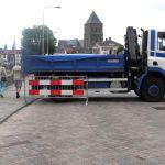 Een vrachtwagen blokkeert de toegang vanaf de Noordweg.