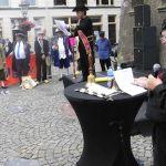 Bij het Oude Raadhuis wordt het stadsomroepers concours gehouden.