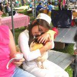 In een kraam van Cantecleer kan men knuffelen met Kukel de haan, bekend van TV.