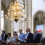 Een kerkbank met afgevaardigden van de (burgerlijke) gemeente.