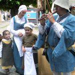 Figuranten in historisch kledij geven achter de Bovenkerk acte de presence.