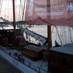 """Hanzestad Harderwijk presenteert zich op de Bruine Vloot die op de IJssel ligt (""""Van Kogge tot Coaster"""")."""