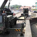 Na afloop van de feestelijke en geslaagde Hanzedagen kan de Genie (105 Compagnie Waterbouw) de loopbrug naar de Koggewerf weer afbreken.