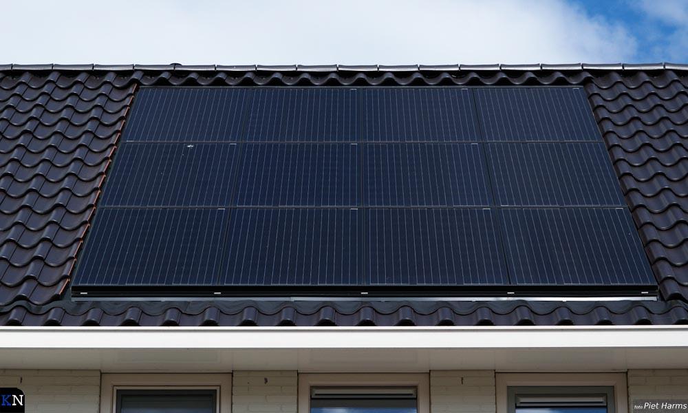 Zonnepanelen geïntegreerd in het dak bij nieuwbouwwoningen in Het Meer (IJsselmuiden).