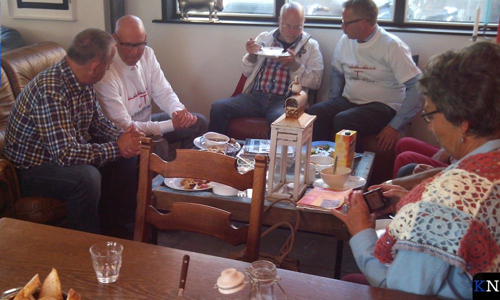 Burgemeester Koelewijn en wethouder Spaan mengen zich onder de gasten bij eeTze.