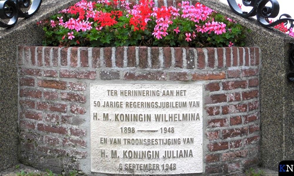 De voet van de gedenkzuil op 'De Dam' van Kampen.