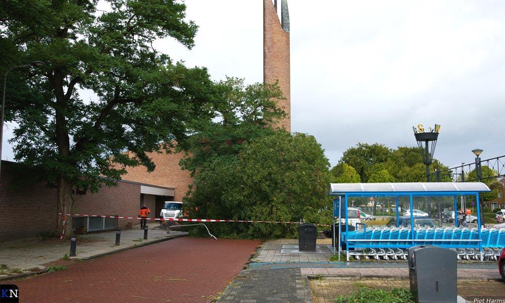 In de Lelystraat werd er een boom bij de Open Hof door de storm geveld.