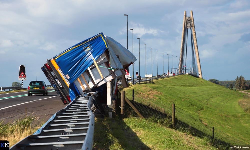Op de N50 is een vrachtwagen tegen de vangrail geblazen ter hoogte van afslag Kampen-Noord.