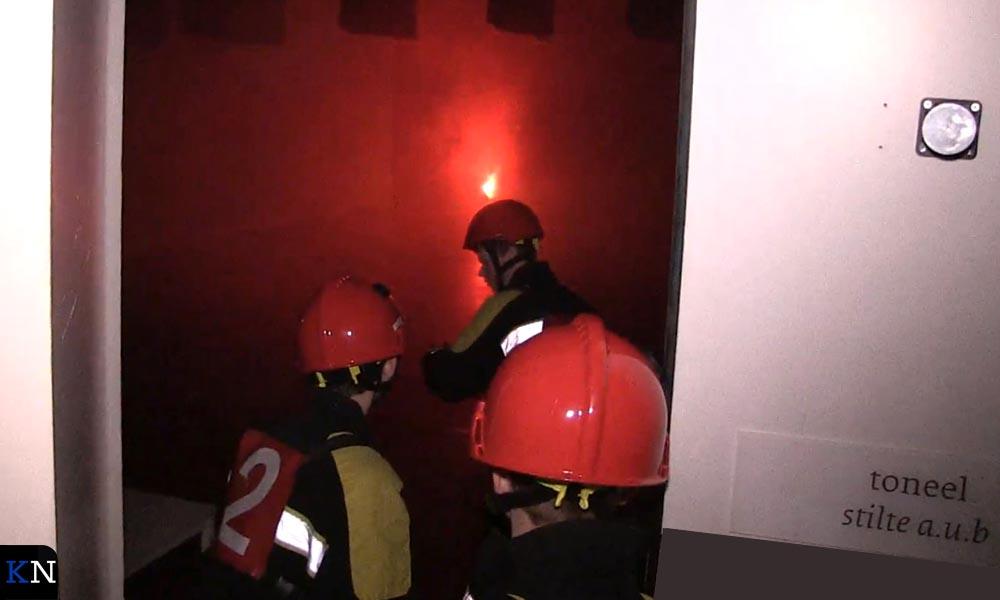 De jeugdbrandweer betreedt omstandig de theaterzaal die in lichterlaaie zou staan.