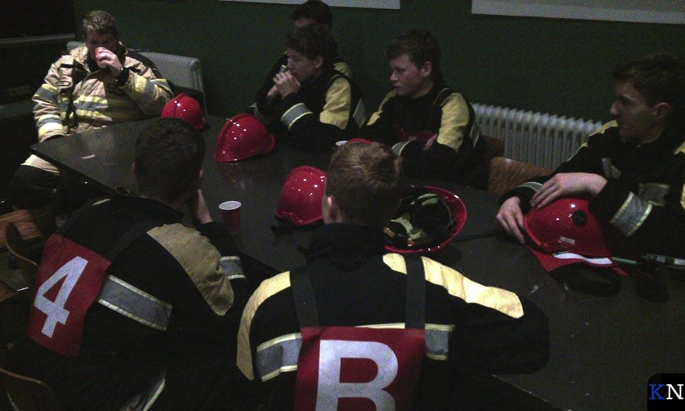 De jeugdbrandweer evalueert na afloop de bestrijding van de fictieve brand.