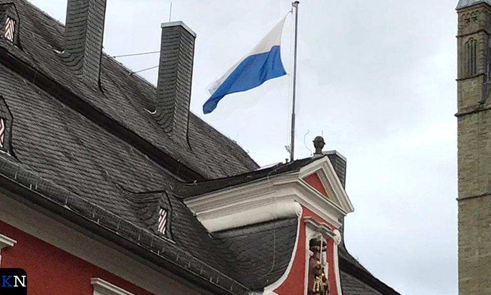 De geschonken vlag van Kampen wappert al snel bovenop het stadhuis van Soest.
