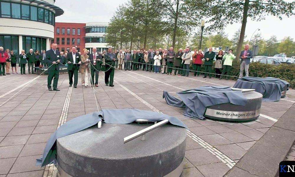 Kunststenen onthuld op 8 mei 2012 door burgemeesters van partnersteden van Kampen.