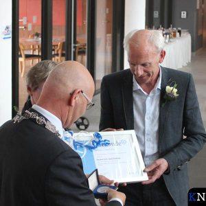 Burgemeester Koelewijn overhandigt de Zilveren Legpenning aan Jan Visser.