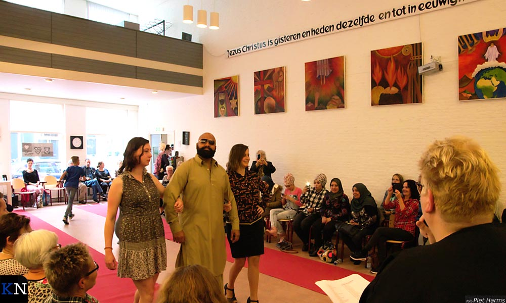 Khurram liep zelf ook mee over de rode loper tijdens de modeshow van het Leger des Heils.