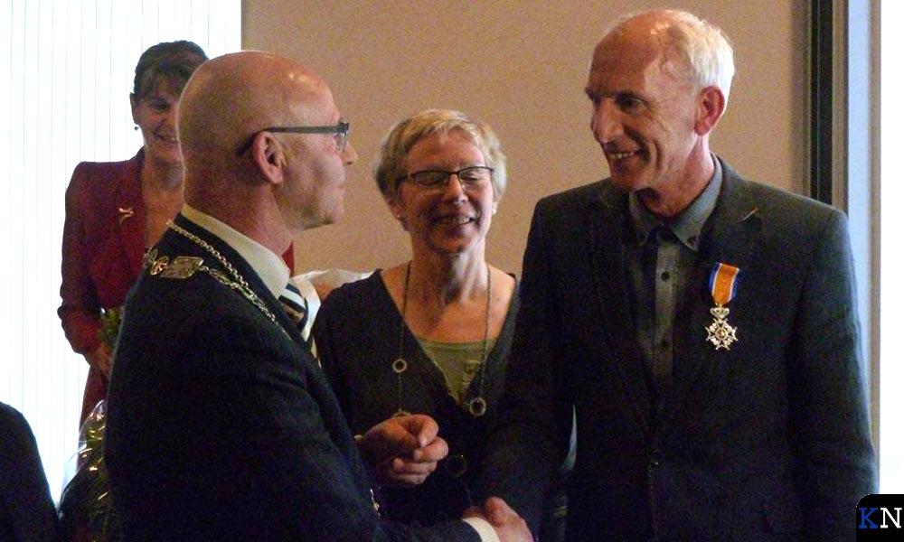 Kamper burgemeester Koelewijn feliciteert zijn stadsgenoot Jan Visser na hem in Lelystad de Orde opgespeld te hebben.