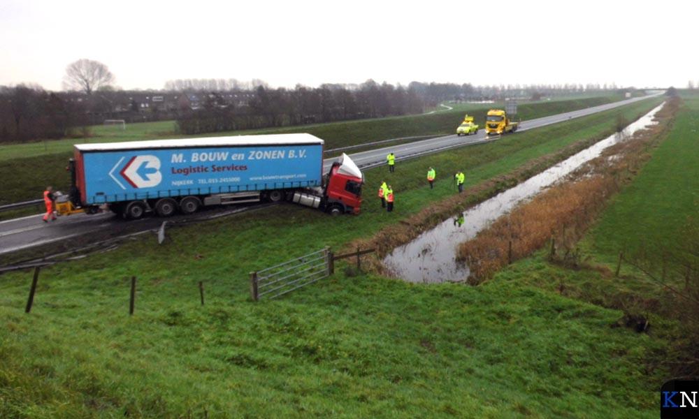 Een vrachtwagen is in de berm van de N50 beland bij een eenzijdig ongeval.