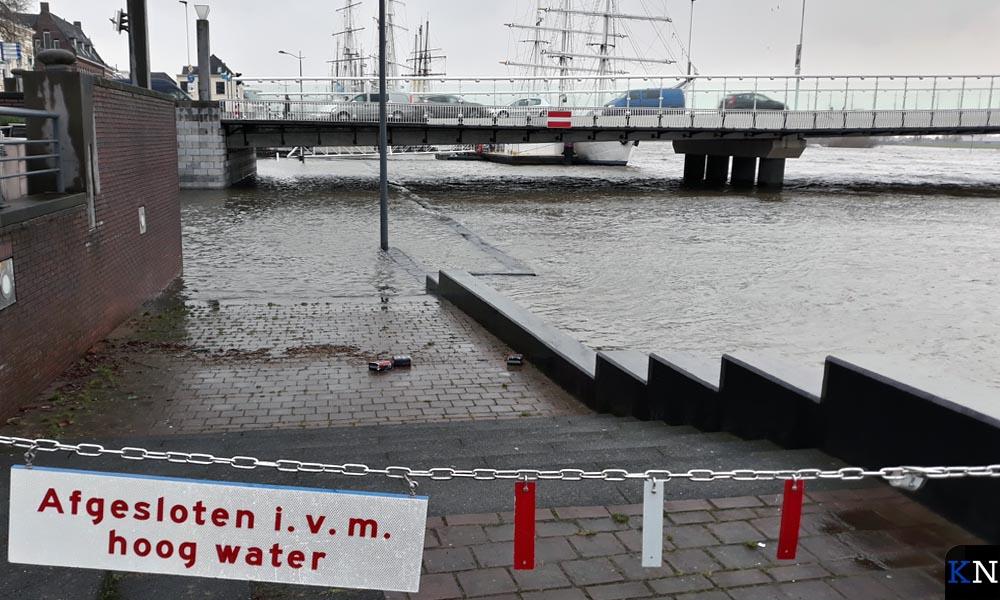 De voetgangersdoorgang onder de Stadsbrug is afgesloten.