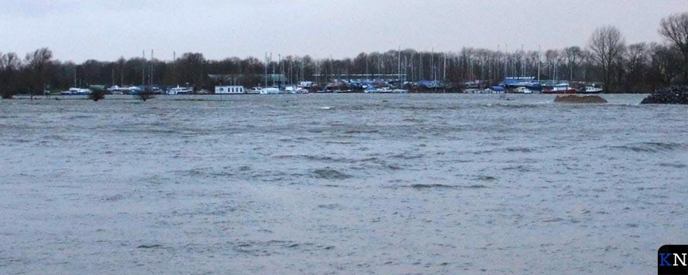 De landtong voor haven Seveningen is verzwolgen door het water van de IJssel.