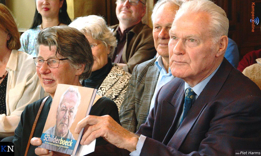 Kees Schilder, met naast zich zijn vrouw Krijna, toont het Schilderboeck.