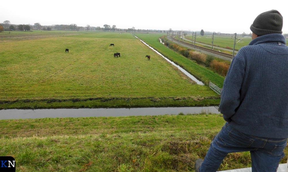 De voetreiziger kijkt uit over een stuk land dat voorlopig met rust gelaten wordt.