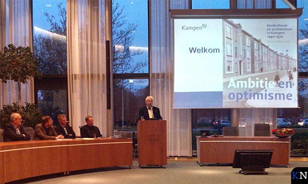 Wethouder Sybren Gerlofsma ontvangt een eerste exemplaar.