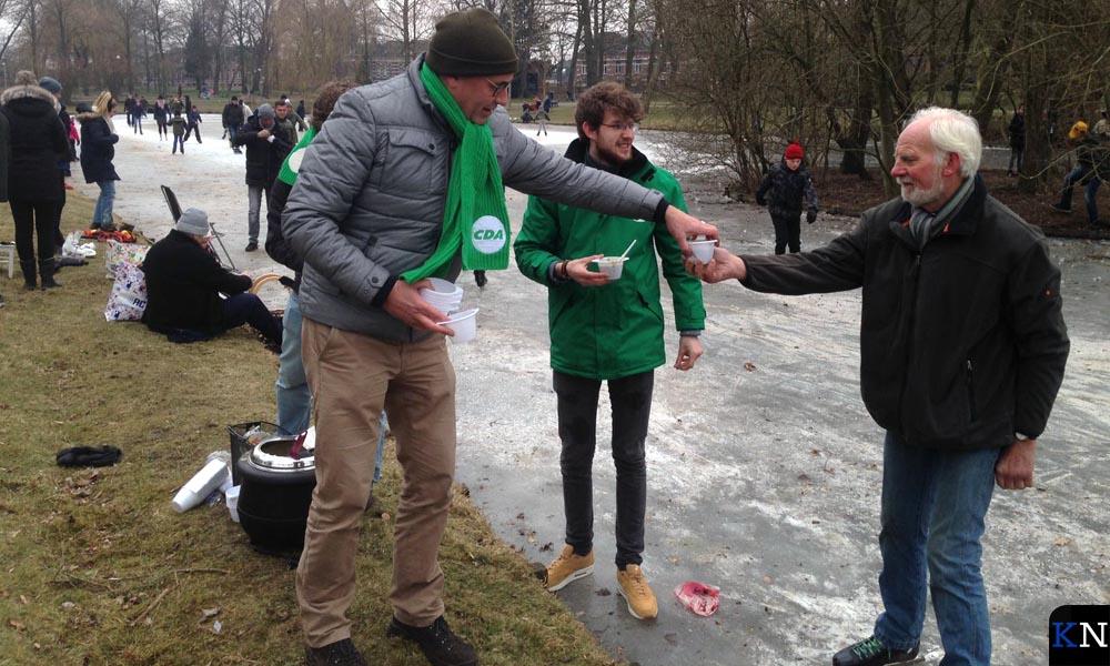Fractieoleden van het Kamper CDA deelden snert uit aan de schaatsers in het Stadspark.