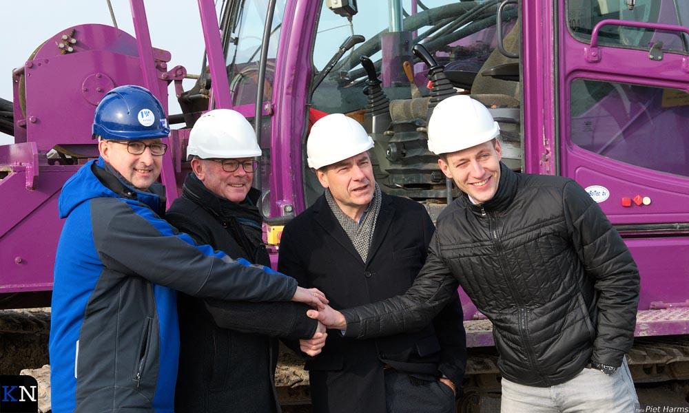 Wiebren de Boer, Gerrt Jan Veldhoen, Jan Bun en Jellle Weever (v.l.n.r.) slaan de handen ineen.