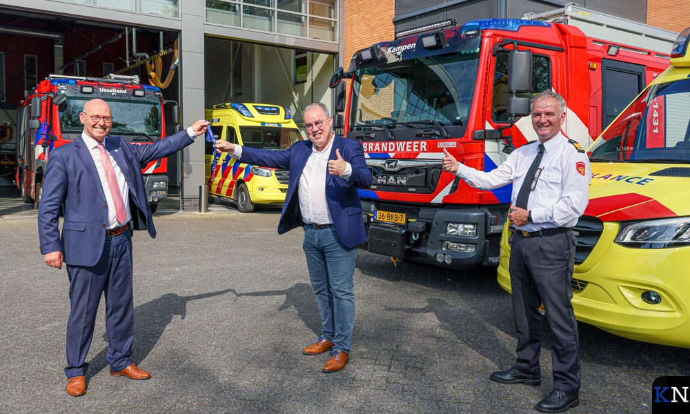 Burgemeester Bort Koelewijn overhandigt symbolisch de sleutel aan Piet Huizinga, directeur Ambulance IJsselland.