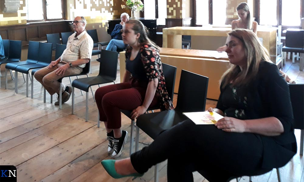 Medewerkers van het Stedelijk Museum Kampen luisteren naar de (her)openingswoorden.