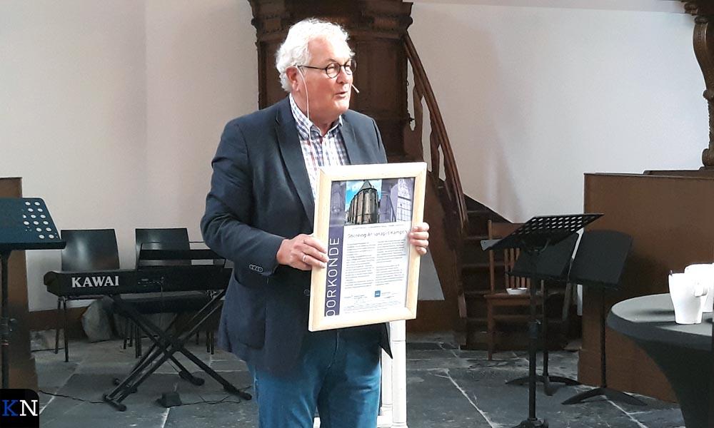 Voorzitter Jan Bouma toont de oorkonde van de Erfgoedprijs Zwolle-Kampen 2018 voor Stichting Annakapel Kampen.