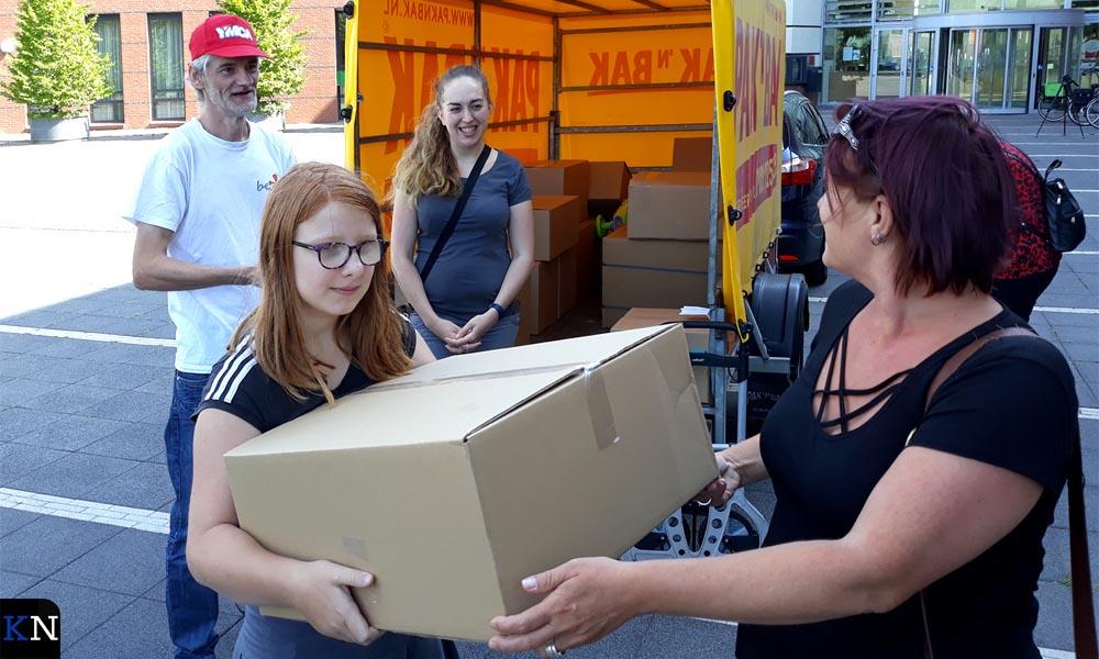 Ruud en Stefanie delen de dozen van SKKIN uit.