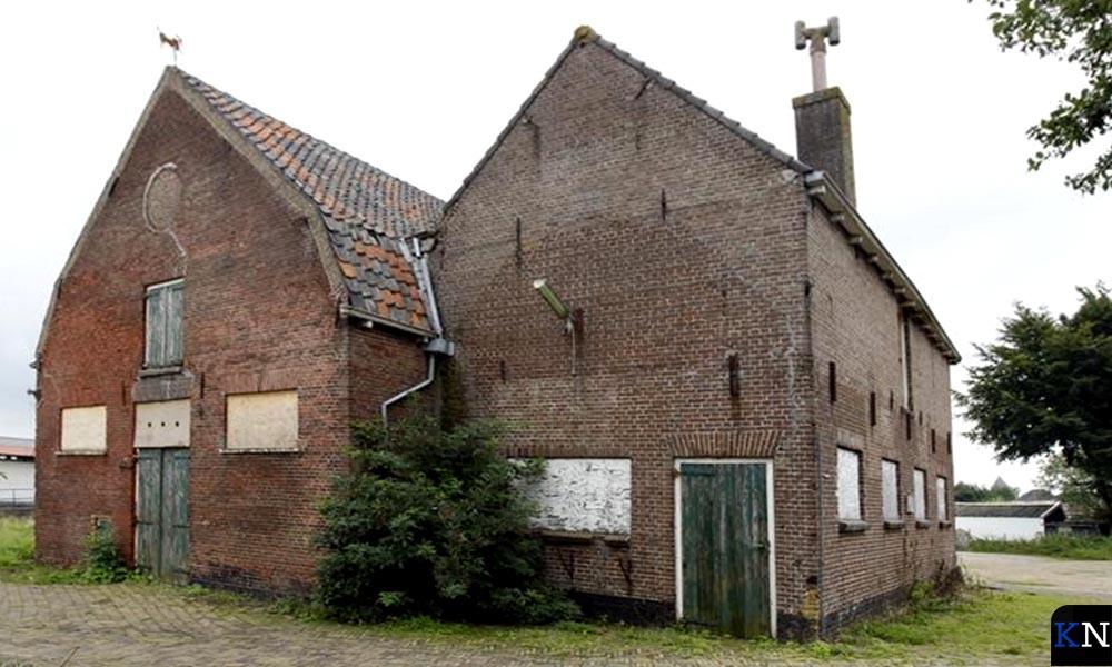 De inmiddels ternauwernood geredde peerdestal op de voormalige gemeentewerf aan de Beltweg.
