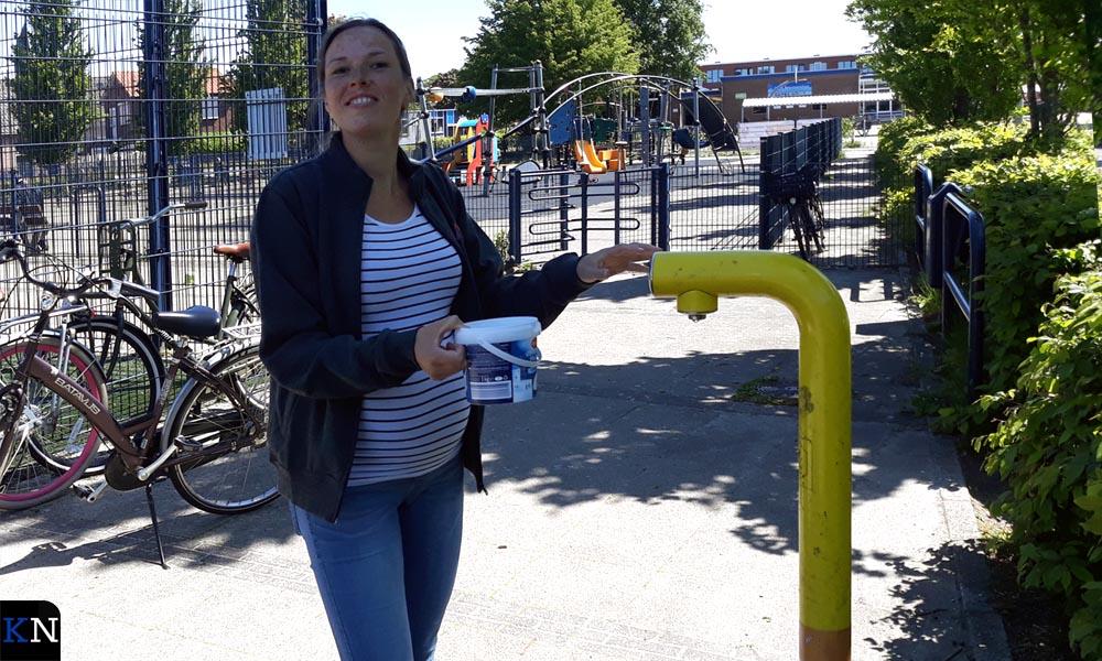 Juliëtte van Ommen tapt water voor Wim Visscher.