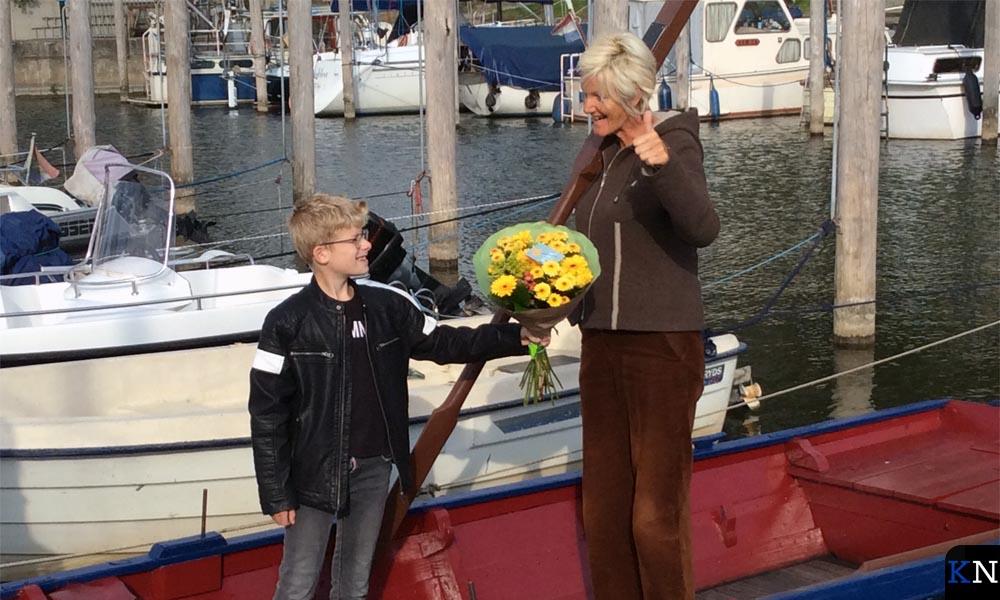 """Marijn Boerma feliciteert Els Pap, de eerste """"vriendin van het bootje van Bart""""."""