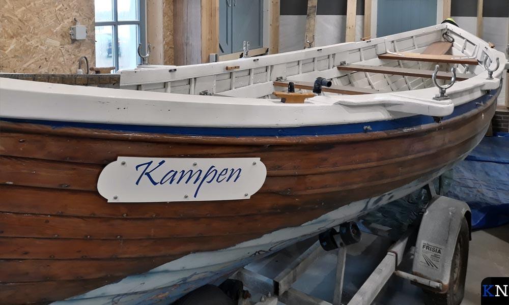 Eén van de roeisloepen in de nieuwe botenloods op de Koggewerf bij de Kamper Buitenhaven.