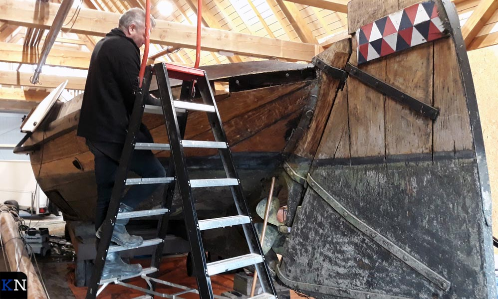 Job Jager onderhoudt één van 'zijn' botters in de nieuwe botenloods.