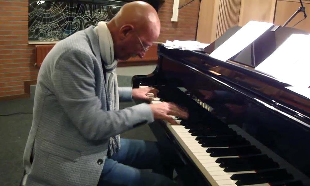 Jan Lenselink op de piano.