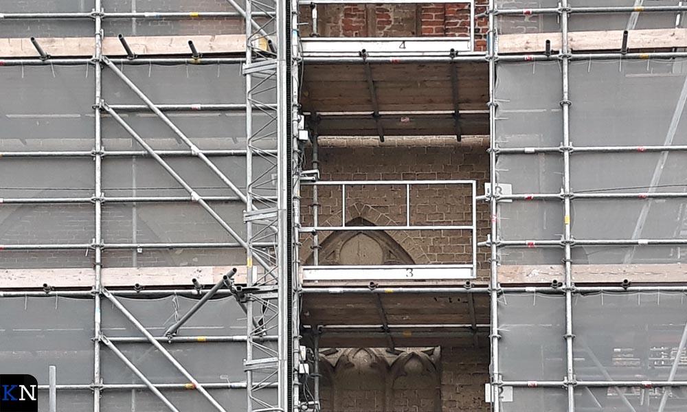 Veel tufsteen in de toren van de Bovenkerk dient vervangen te worden.