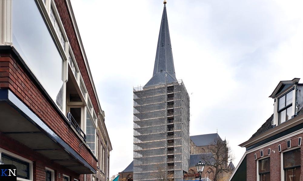 De toren van de Bovenkerk staat geheel in de steigers.