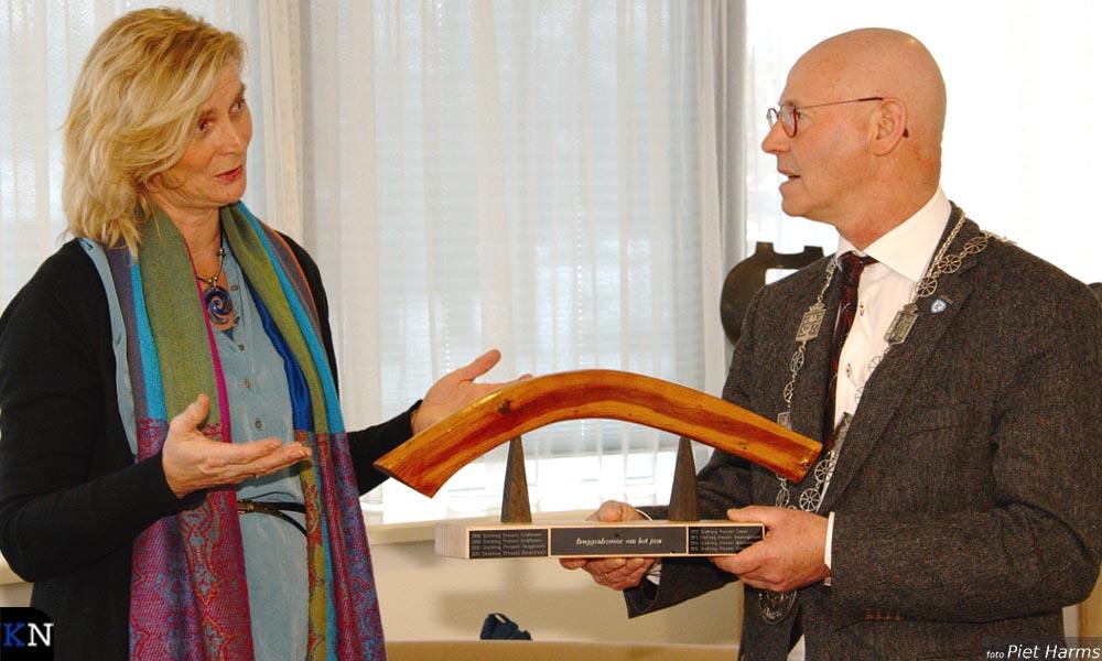 Burgemeester Koelewijn ontving als eerste bruggenbouwer in Kampen de bokaal.