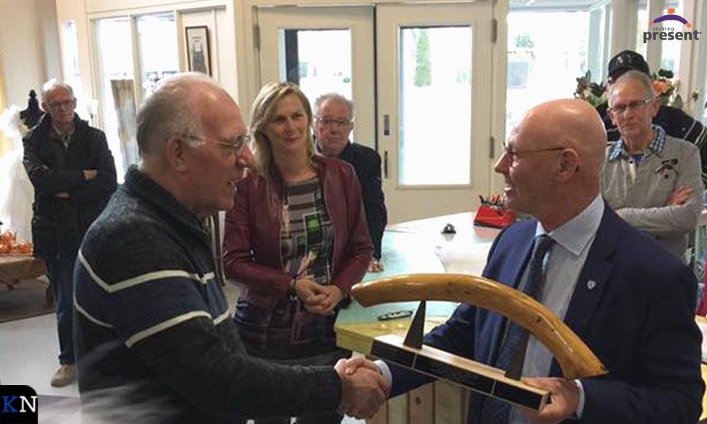 Bort Koelewijn geeft de Bruggenbouwersbokaal door aan Joop Pennekamp, vrijwilliger bij de Jan Posthal.