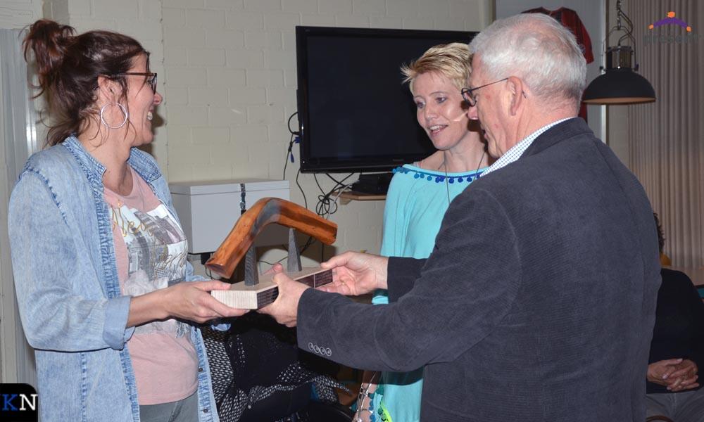 Jan Kattenberg overhandigt namens Stichting Helpende Handen de bokaal aan Caroline Temink en Yvonne Hofman, vrijwilligers bij resp. Reyersdam en Kamper Lotgenoten.