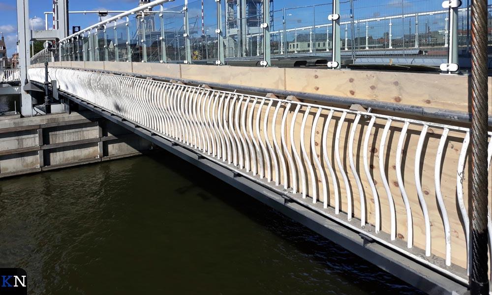 Aan beide zijden van de Kamper Stadsbrug bevindt zich een loopbrug.