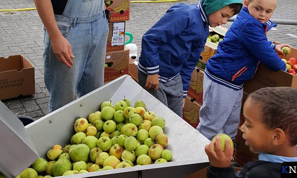 De Brunneper jeugd maakt hun eigen biologische appelsap.